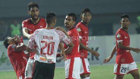Pertandingan antara Persija Jakarta vs Persipura Jayapura berjalan cukup panas.
