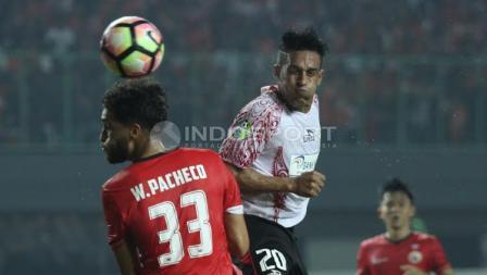 Willian Pacheco tengah berduel dengan pemain Persipura Jayapura.