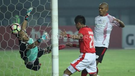 Bambang Pamungkas berusaha mencetak gol ke gawang Persipura Jayapura.