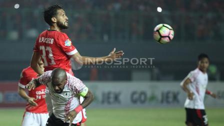Pemain Persija Jakarta, Willian Pacheco berduel dengan Boaz Solossa.