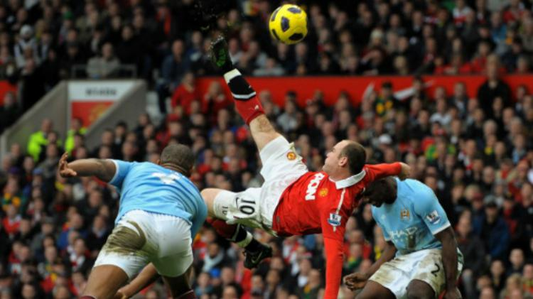 Wayne Rooney melakukan tendangan salto kala melawan Manchester City di tahun 2011. Copyright: INDOSPORT