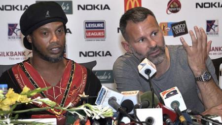 Ryan Giggs dan Ronaldinho saat meladeni pertanyaan awak media usai laga di Pakistan. - INDOSPORT