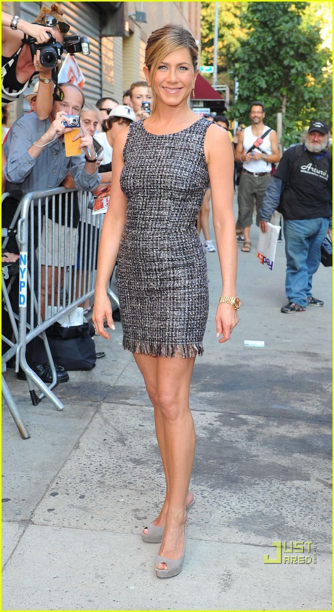 Jennifer Aniston masih tampil memukau karena sering yoga. Copyright: Just Jared