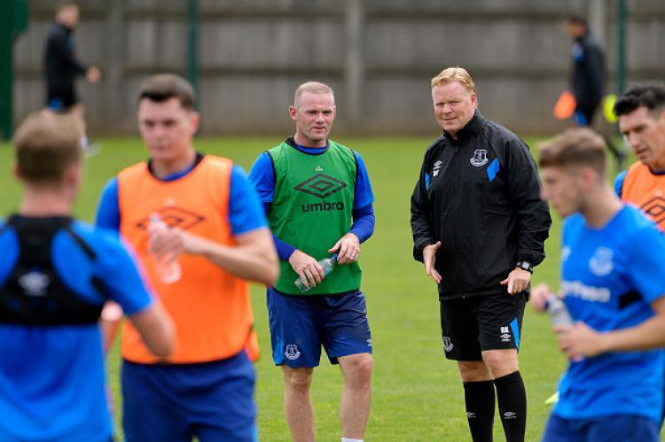 Wayne Rooney berbicara dengan pelatihnya di Everton, Ronald Koeman. Copyright: INDOSPORT