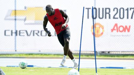 Romelu Lukaku saat akan menendang bola dalam latihan pertamanya bersama Man United.