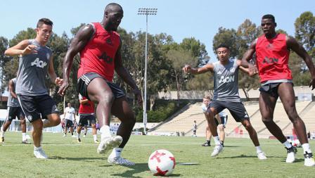 Romelu Lukaku (kiri depan) tengah mengontrol bola saat jalani latihan di Stadion Drake UCLA.