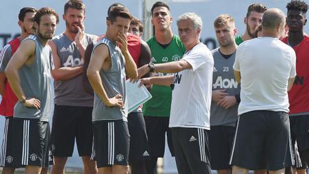 Jose Mourinho tampak menghadap kamera saat berdiskusi bersama pemainnya.