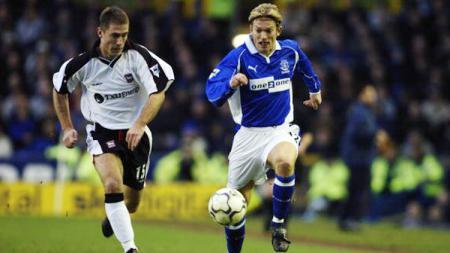 Jesper Blomqvist (Everton) dan Chris Makin. - INDOSPORT