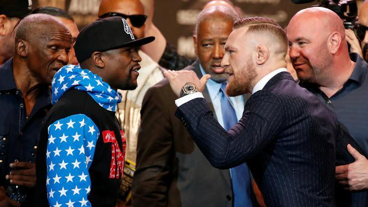 Floyd Mayweather dan Conor McGregor dalam konferensi pers. Copyright: Reuters