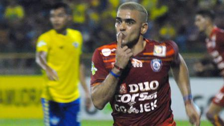 Cristian Gonzales enggan memberikan jaminan akan bertahan bersama Arema FC atau tidak. - INDOSPORT
