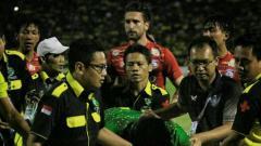 Indosport - Aji Saka dilarikan ambulance usai hantam tiang gawang.