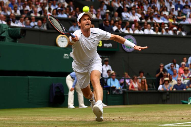 Andy Murray saat ingin membalas bola pukulan dri Sam Querrey. Copyright: INDOSPORT