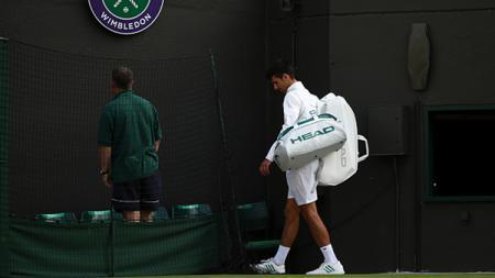 Novak Djokovic, tidak dapat melanjutkan pertandingan babak perempatfinal Wimbledon 2017. - INDOSPORT
