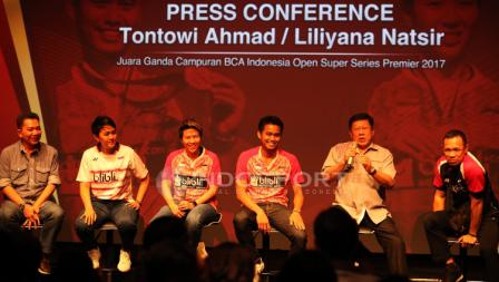 Konferensi pers penyerahan bonus kepada Tontowi Ahmad/Liliyana Natsir, juara ganda campuran Indonesia Open 2017.