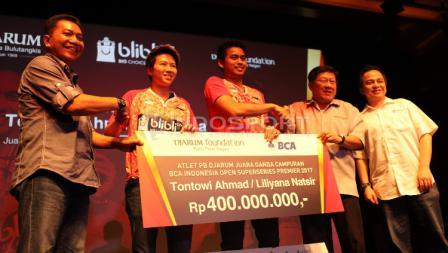 Bonus sebesar Rp400 juta diterima oleh Tontowi Ahmad/Liliyana Natsir usai berhasil menjuarai nomor ganda campuran turnamen Indonesia Open 2017.
