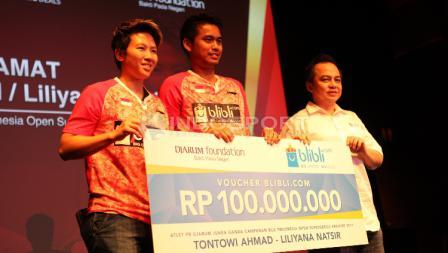 Tontowi Ahmad/Liliyana Natsir mendapat voucher senilai Rp100 juta dari salah satu situs jual beli online.