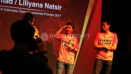 Liliyana Natsir berpose hormat kepada Yuni Kartika.