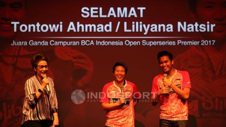 Ekspresi Tontowi Ahmad/Liliyana Natsir saat diminta memberi sambutan dalam proses pemberian bonus.