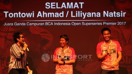 Yuni Kartika menjadi pembawa acara penyerahan bonus yang diterima oleh Tontowi Ahmad/Liliyana Natsir.