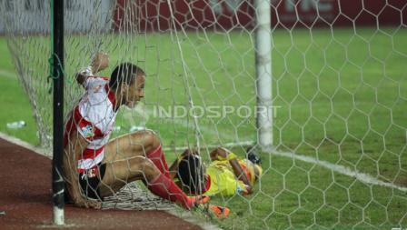 Peter Odemwingie sempat terjatuh usai membobol gawang Madura United FC.