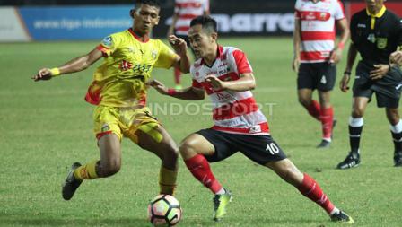 Slamet Nurcahyo dihadang permain Bhayangkara FC.