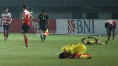 Indosport - Sujud syukur para pemain Bhayangkara FC usai gasak Madura United