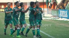 Indosport - Selebrasi para pemain PSS Sleman usai mencetak gol ke gawang Persibas Banyumas.