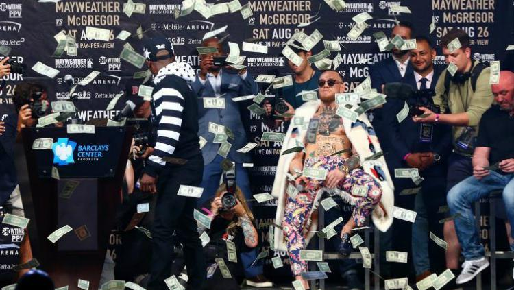 Aksi Floyd Mayweather melempar uang dalam sesi konferensi pers. Copyright: Yahoo Sports