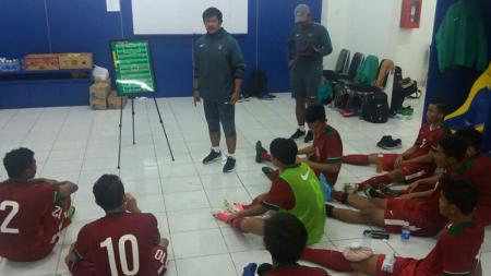 Indra Sjafri saat memberikan wejangan kepada skuat Timnas U-19. - INDOSPORT