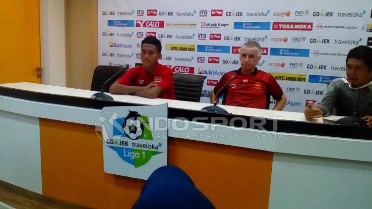 Pelatih PS TNI, Ivan Kolev (tengah), memberikan tanggapan usai timnya dikalahkan Sriwijaya FC 1-2. Copyright: Muhammad Effendi/INDOSPORT