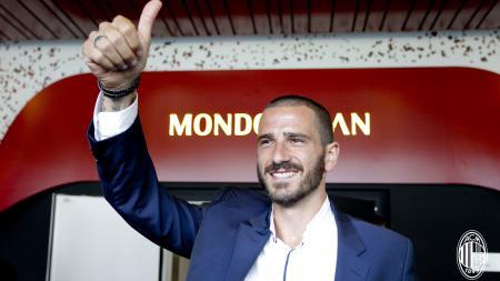 Leonardo Bonucci ketika diperkenalkan ke hadapan pendukung AC Milan. - INDOSPORT