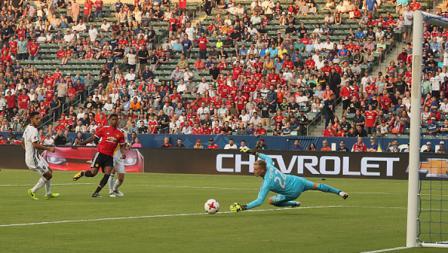 Marcus Rashford mengeksekusi bola dan membuahkan gol.