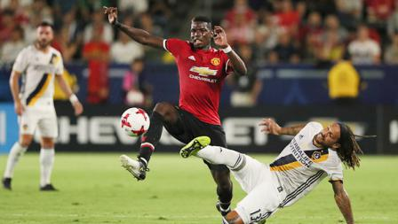 Jermaine Jones (LA Galaxy) berusaha menjega Paul Pogba.