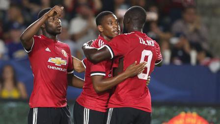 Anthony Martial merayakan gol bersama rekan satu timnya.