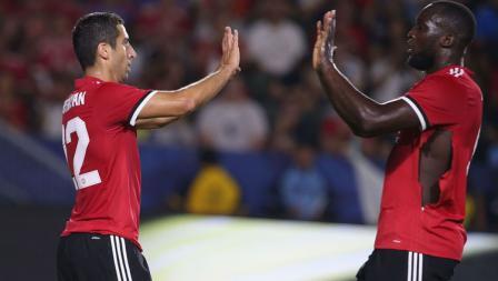 Henrikh Mkhitaryan merayakan gol bersama Romelu Lukaku pada menit ke-67.