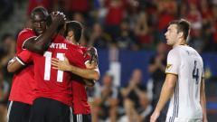 Indosport - Romelu Lukaku (kiri), Anthony Martial (kedua dari kiri), dan Henrikh Mkhitaryan selebrasi.