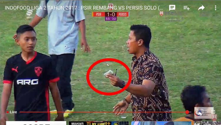 Batu melayang ke bench ofisial Persis Solo. Copyright: twitter.com/BadresPasoepati/