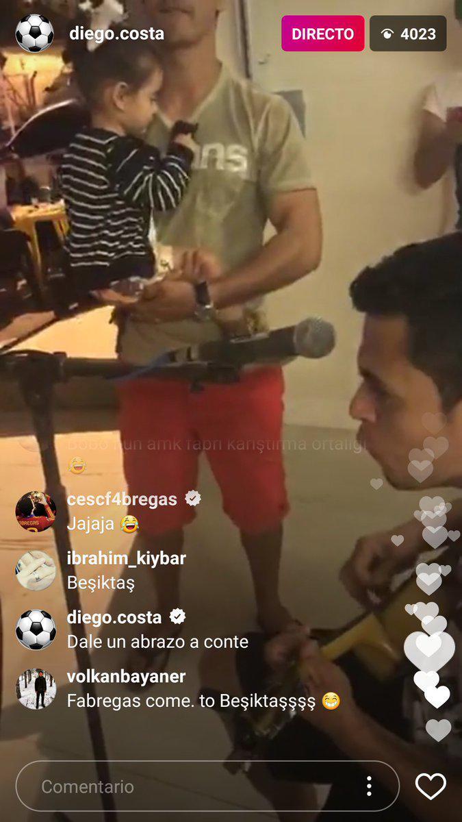 Diego Costa meminta Cesc Fabregas untuk memeluk Antonio Conte. Copyright: Instagram/ Diego Costa