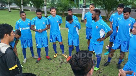 Pemain Semen Padang saat latihan di Serui. - INDOSPORT
