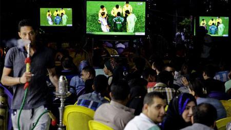Para suporter yang tengah menyaksikkan pertandingan di kedai kopi di Mesir. - INDOSPORT