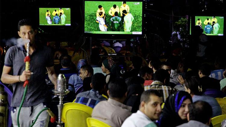 Para suporter yang tengah menyaksikkan pertandingan di kedai kopi di Mesir. Copyright: scoopempire.com