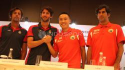 Kiri-kanan: pelatih Espanyol Quique Sanchez Flores, pemain Espanyol Esteban Granero, pemain Persija Arthur Irawan, dan pelatih Persija Stefano Cugurra Teco foto bersama usai jumpa pers.