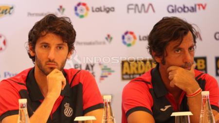 Pelatih Espanyol Quique Sanchez Flores (kanan), dan pemain Espanyol Esteban Granero. - INDOSPORT