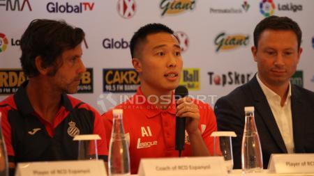 Pelatih Espanyol Quique Sanchez Flores dan Arthur Irawan. - INDOSPORT