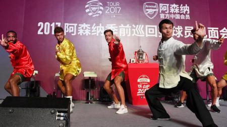 Kiri-kanan: Alexandre Lacazette, Alex Oxlade-Chamberlain dan Mesut Ozil belajar kungfu saat jalani tur pramusim ke Shanghai. - INDOSPORT