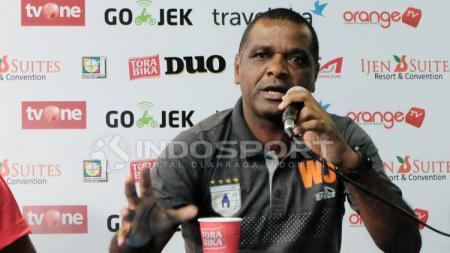 3 Juli 2017, pelatih berkebangsaan Brasil, Wanderley Machado da Silva Junior menjalani debut perdananya menukangi Persipura Jayapura di kompetisi Liga 1. - INDOSPORT