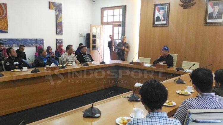 Konferensi pers Ridwan Kamil bersama beberapa wakil Bobotoh. Copyright: Muhammad Ginanjar/INDOSPORT