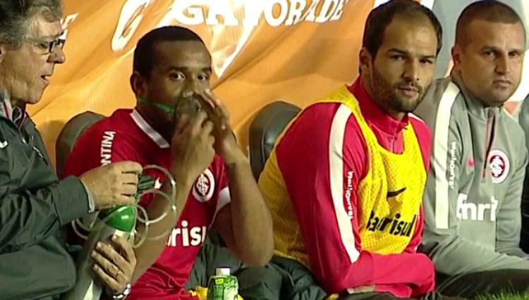 Anderson Luis de Abreu Oliveira menggunakan alat bantu pernapasan. Copyright: Telegraph.co.uk