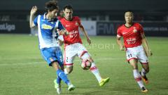 Indosport - Pemain Espanyol mendapat hadangan dua penggawa Persija Jakarta.