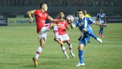 Indosport - Pemain Persija Jakarta, Arthur Irawan (kiri) mencoba menghadang pergerakan penggawa Espanyol.
